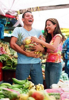 couple_in_food_market